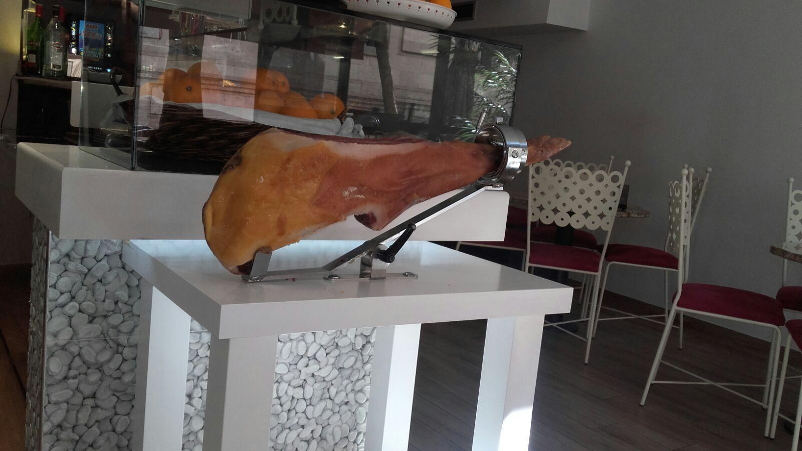 mesa jamonera de Diez Diez Café y Copas